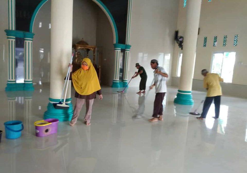 DKM AL Huda Desa Tenjolayar Bersih Bersih Lingkungan Mesjid