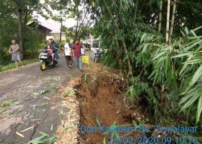 Bahu Jalan Perbatasan Desa Tenjolayar – Candrajaya Longsor